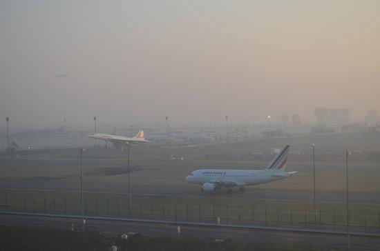 Mercure Paris Charles de Gaulle Airport et Convention: Vue sur les pistes au petit matin depuis la chambre