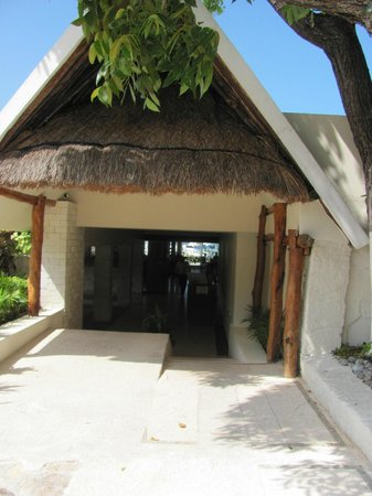 Ocean Spa Hotel : Entrance to the bar and restaurant complex