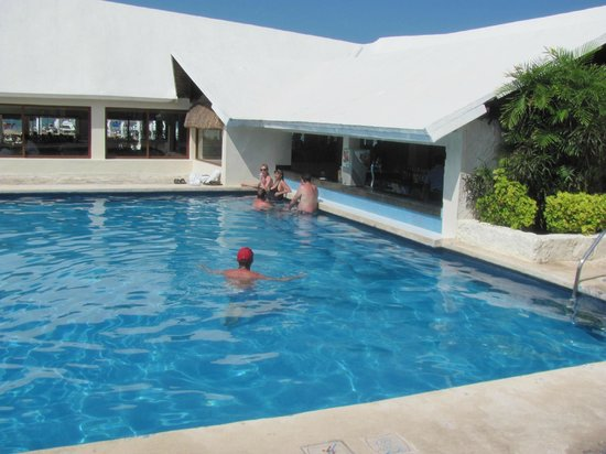 Ocean Spa Hotel : The pool and swim-up bar
