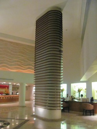 Ocean Spa Hotel: Monolith in the hotel lobby