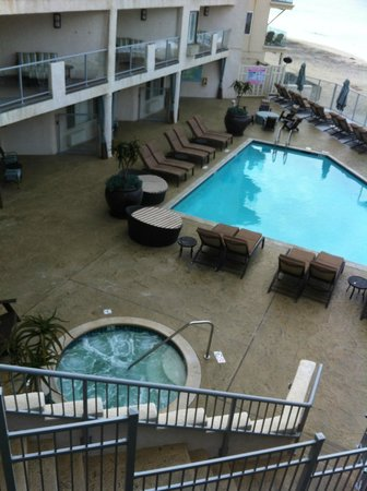 Beach Terrace Inn: Plenty of seating areas around the pool and hot tub
