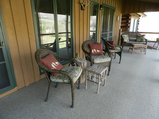 The River Lodge Bed and Breakfast: Front deck area, just outsie of rooms