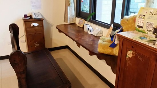 Village Villa B&B: 餐廳裡有著溫馨的木製桌椅