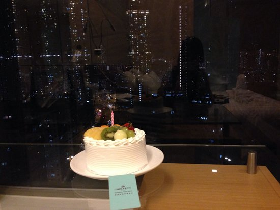 Dorsett Mongkok Hong Kong : The wonderful view and birthday cake Dorsett Mongkok provided us with.