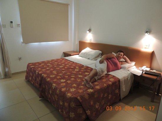 Antigoni Hotel: Спальня в апартаменах