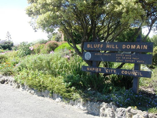 Bluff Hill Lookout: Entrance sign