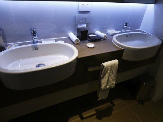 Pullman Melbourne Albert Park: His and hers sinks