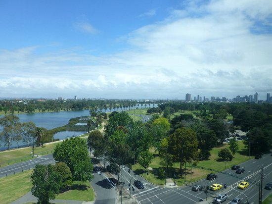 Pullman Melbourne Albert Park: The view from our room with the city centre in the distance