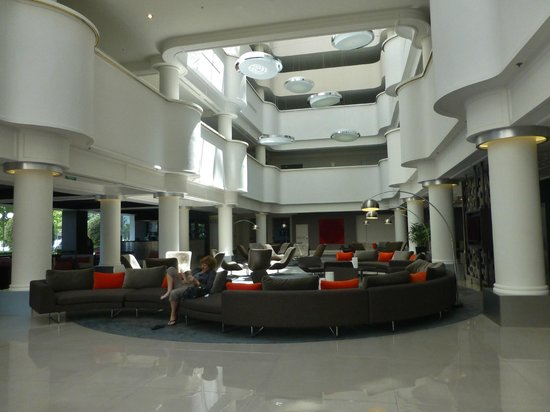 Pullman Melbourne Albert Park: The lobby, and the bar in the far left corner
