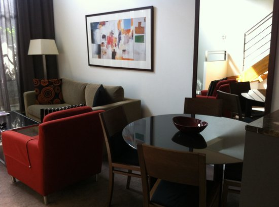 Adina Apartment Hotel Sydney Central: Lounge room.