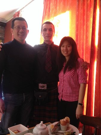 Averon Guest House: The very helpful and friendly staff in kilt