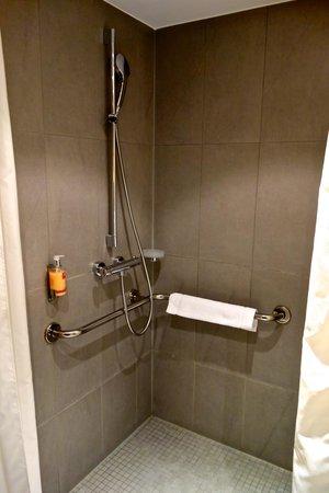 Leonardo Hotel Berlin: Walk-in-Shower