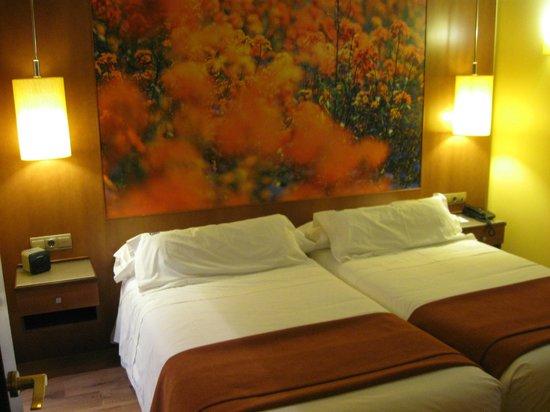Suites Gran Via 44: 2 camas grandes