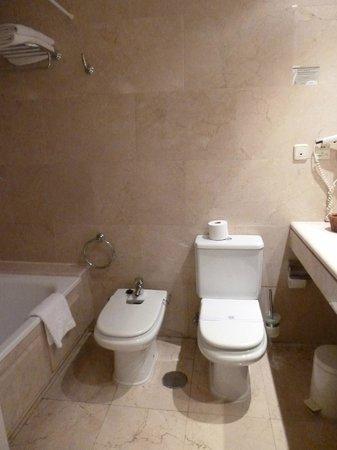 Osuna Hotel: baño