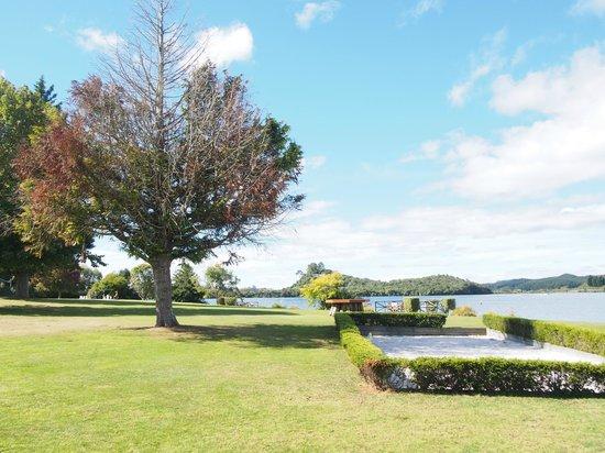 VR Rotorua Lake Resort: 目の前は湖