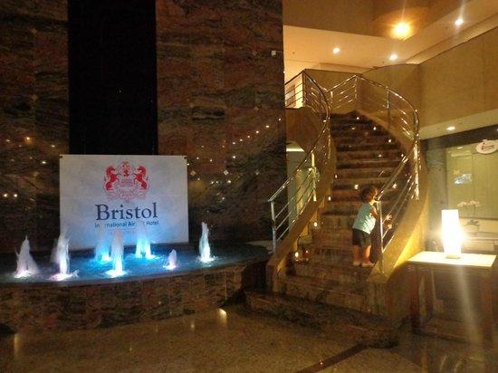 Bristol  International Airport Hotel: En el hall las escaleras y fuente