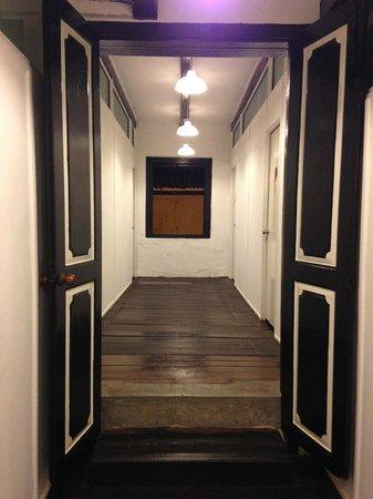 Layang Layang Guest House: 廊下