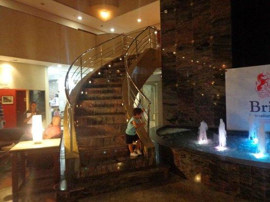 Bristol  International Airport Hotel: Zona del hall la fuente y escaleras