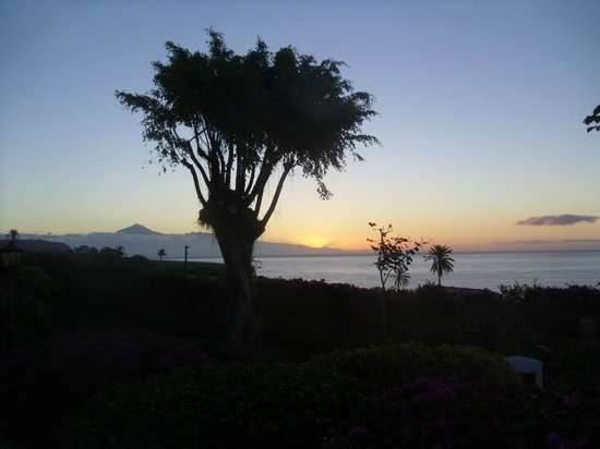 Hotel Jardin Tecina : sunrise over Tenerife from our balcony