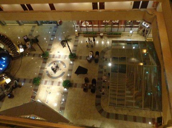 Bristol  International Airport Hotel: Vista desde el 5 piso al hall y bar del hotel