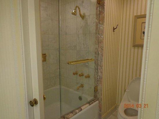 The Westgate Hotel: 各室共通のバスタブ付き固定シャワーヘッド