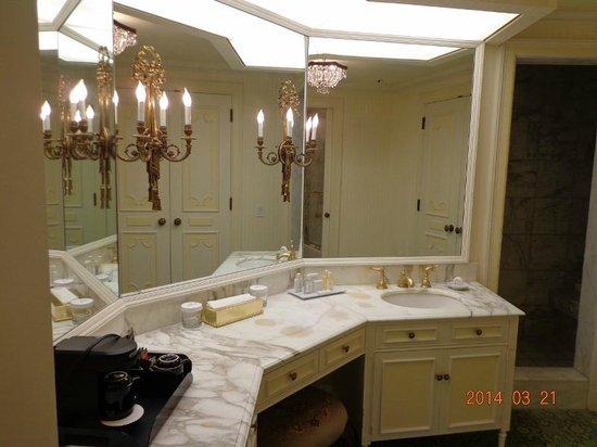 The Westgate Hotel: 18階バスタブ+シャワー室付きルーム。奥がシャワールーム