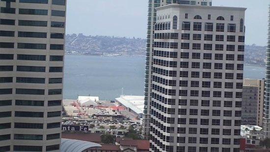 The Westgate Hotel: 17階西側の部屋の窓を開けズームで撮影。コロナド島が見える。