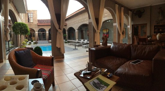 Umdende Manor Bed and Breakfast: Courtyard and open plan lounge