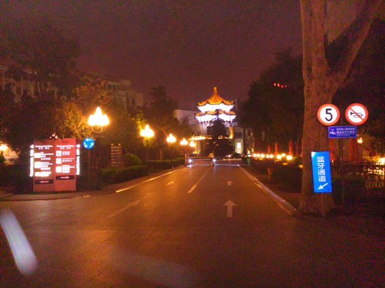 Grand Mercure Xian on Renmin Square: Approach to the hotel in the Renmin Square complex