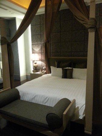 Dubai Motel: bed