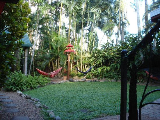 Tropic Days Backpackers: Relaxing Garden, great to chill with a beer!