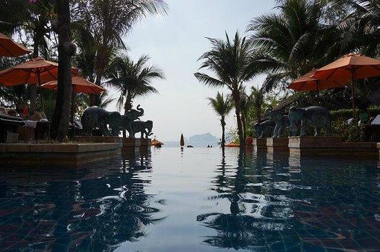 Amari Vogue Krabi: プールの先にビーチが。