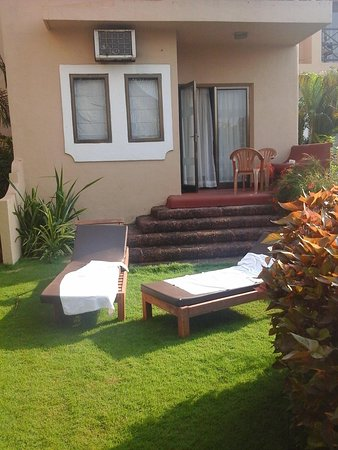 """Whispering Palms Beach Resort : our beautiful garden """"well done guys"""""""