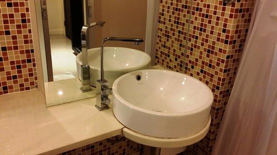Me Hotel: bathroom