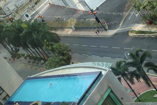 Impiana KLCC Hotel : Вид на бассейн сверху
