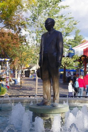 ZooAmerica North American Wildlife Park: Entry statue of Milton Hershey