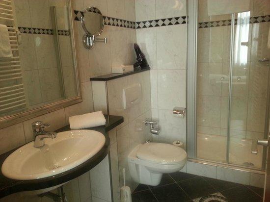 Vorbach Hotel : Bad, sehr sauber und grosse Dusche