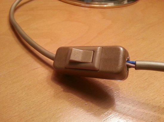 Vorbach Hotel : Loses Kabel am Schalter der Nachttischlampe