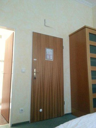 Vorbach Hotel : Zimmertuer  und darueber der nicht schliessbare Sicherungskasten, windiges Vollspan-Holztürblatt