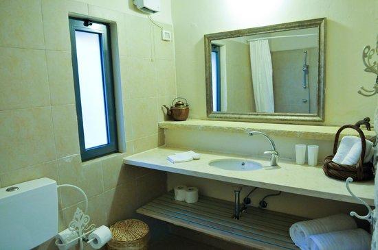 Shulamit Yard: bathroom