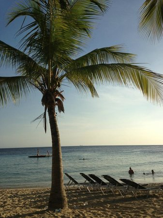 Blue Bay Curacao: Private beach with free chais and towels