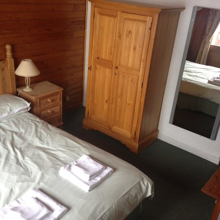 Chalet Hotel Christina: Bed, wardrobe & mirror