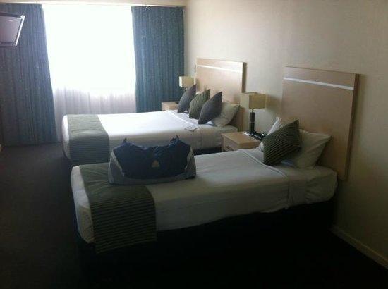 Alpha Sovereign Hotel : separate bedroom - huge en suite off the bedroom. shower over bath with shower curtain
