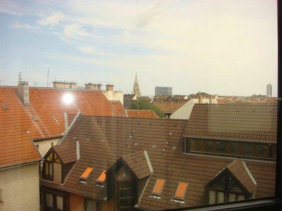 Hotel Thomas: Вид из окна