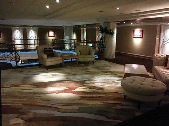 Riviera Hotel : エレベーター前のホールです。欧風ですね。