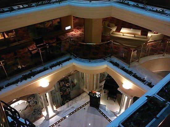Riviera Hotel : ホテル中央は吹き抜けになっております。