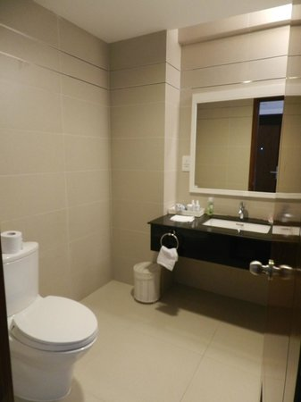 Nhi Phi Hotel: Ванная комната