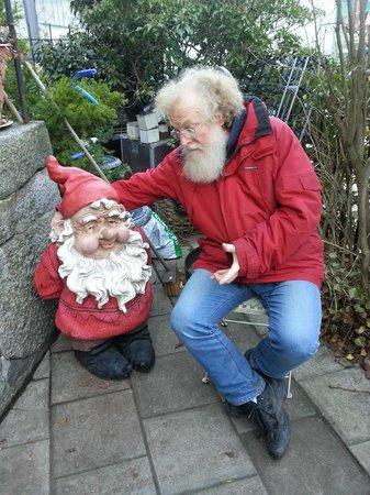 Berget Cafe & Tehus : Garden gnomes too...