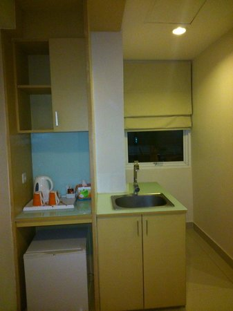 HARRIS Hotel & Residences Riverview Kuta : Small kitchen set