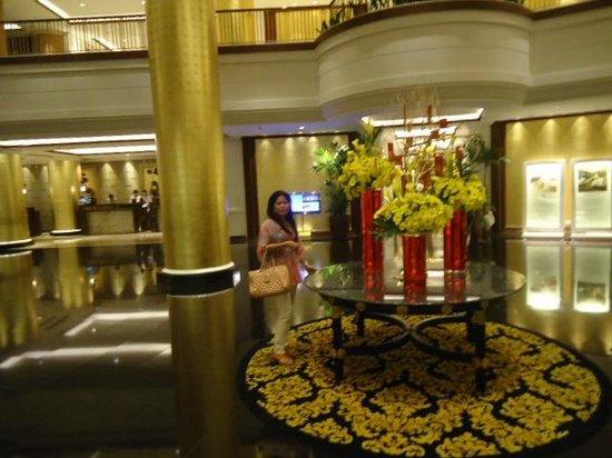 Dusit Thani Manila: Lobby (entrance)